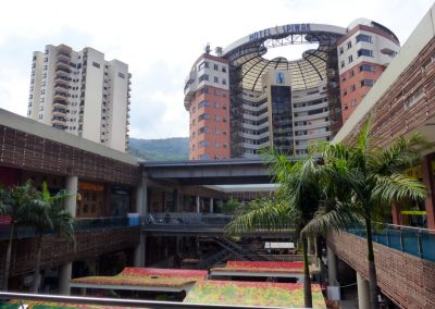 Cali Colombia: The mall blends right into the hotel lobby.
